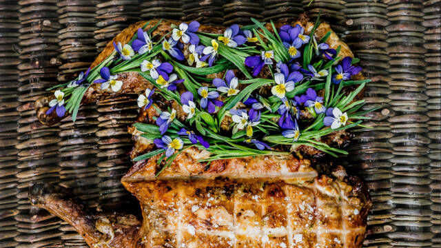 Kylling med blå blomster.