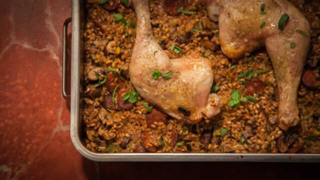 Nem opskrift på kylling i fad med chorizo, svampe og speltkerner