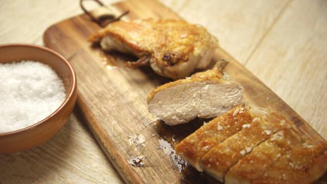 Stegt kyllingebryst på skærebræt