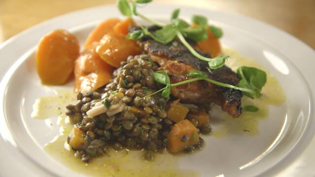 Kyllingelår med linser og glaserede gulerødder på tallerken