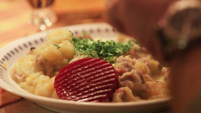 Billede af ammeldags labskovs med saltet lammekød og syltede rødbeder
