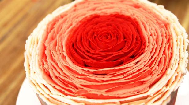Bærlagkage dekoreret som en smuk, rød rose