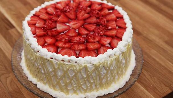 Jordbærlagkage med gitter af hvid chokolade og flødeskum