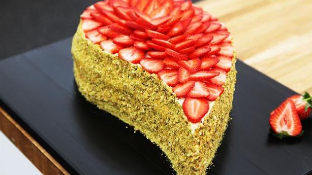 Dråbeformet lagkage med topping af jordbær