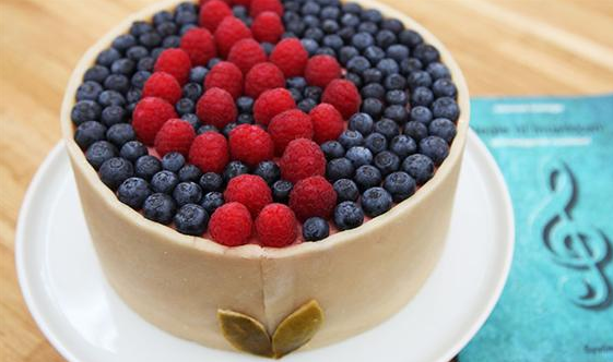 Flot lagkage med marcipan, hindbær og blåbær