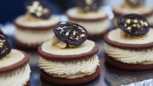 Lakridsmedaljer med lakridsskum og chokolade på toppen