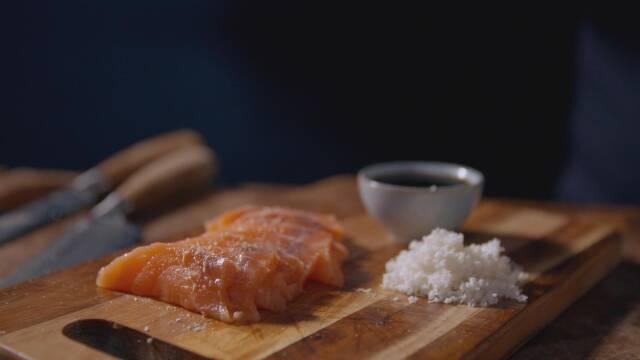 Sashimi på skærebræt