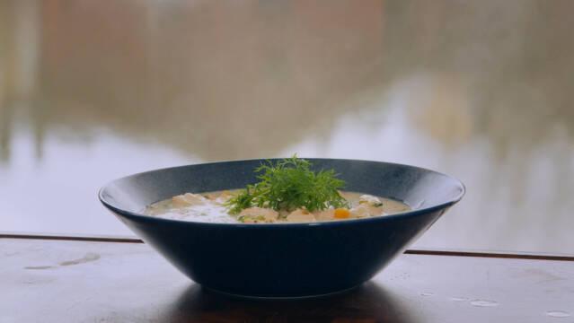 Suppe med laks i skål