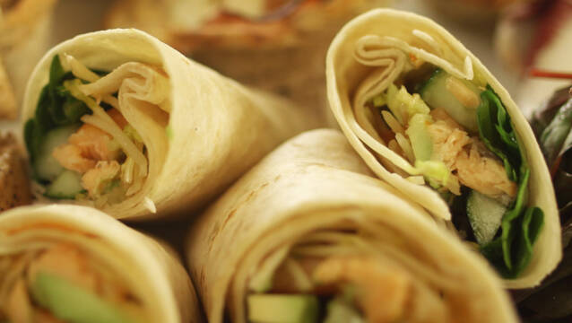 Laks, spirer, salat og chilisauce i wrap