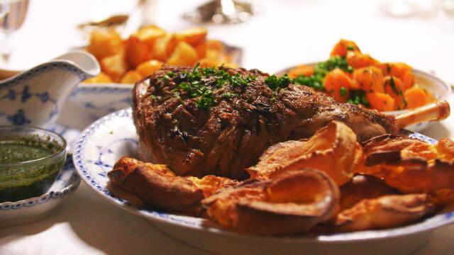 En tallerken med ovnbagt lammekøll, syltede grøntsager og Yorkshire pudding.
