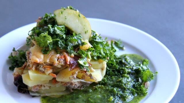 Lasagne med lammekød, rodfrugter og kål.