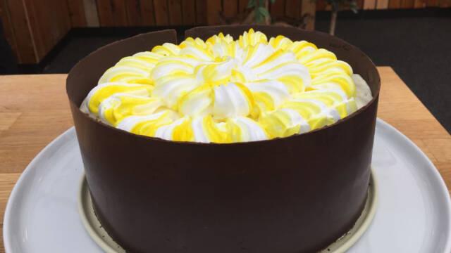 Lemonkage med chokoladebånd og nøddebund