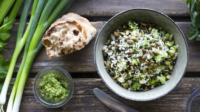 Sprød og frisk linsesalat med blomkål og græskarkerner