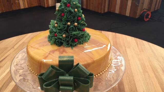 kage med glaze pyntet med jueltræ på toppen