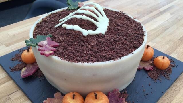 Billede af flot halloweenkage med skelethånd som spiselig pynt.