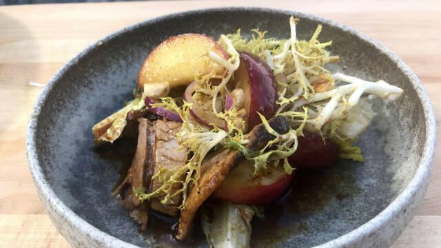 salat med svinekød og æbler