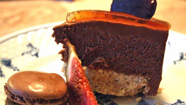 Billede af chokoladekage med ølgelé, macarons og figner