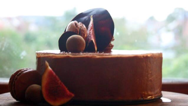 chokoladekage med ølgelé på toppen og serveret med macarons og figner