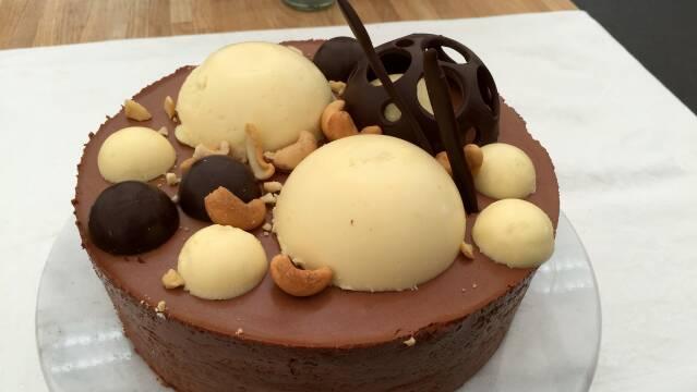 Billede af smuk chokoladekage med flot pynt