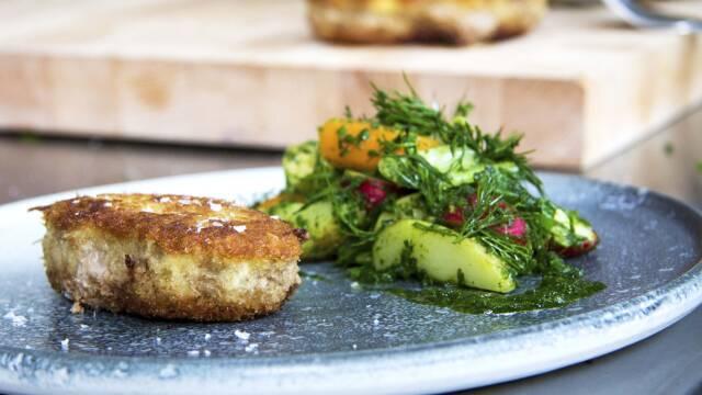 krebinetter og salat på tallerken