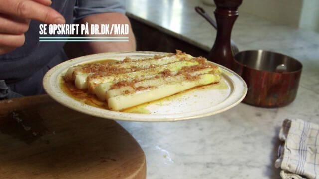 hvide asparges serveret med brunet smør og citron