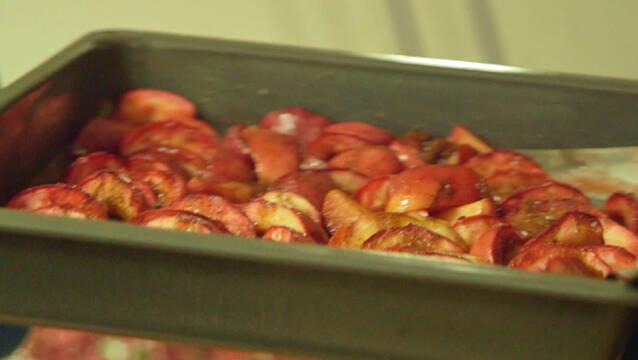 Karamelisserede æbler med flødeskum og mandelcrumble