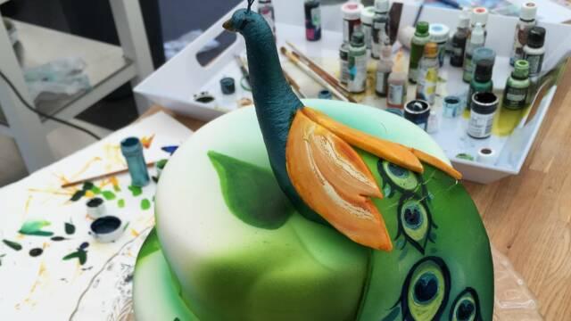 Smukt pyntet kage med malet påfugl