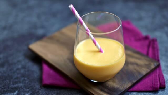 En frisk og flot mango-ingefær lassi  med sugerør
