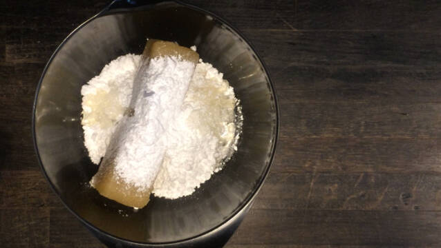 Skål med marcipan, glukose og flormelis