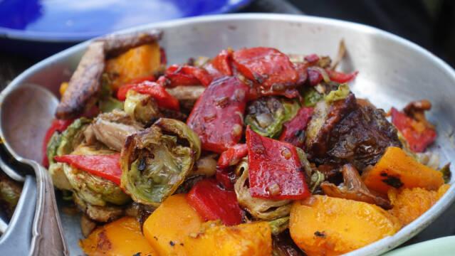 Grillede grøntsager med lår af mårhund