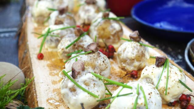 Kartoffel med rygeost og mårhund på fad