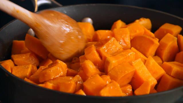 søde kartofler på panden