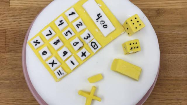 Kage med gul lommeregner og terninger i fondant