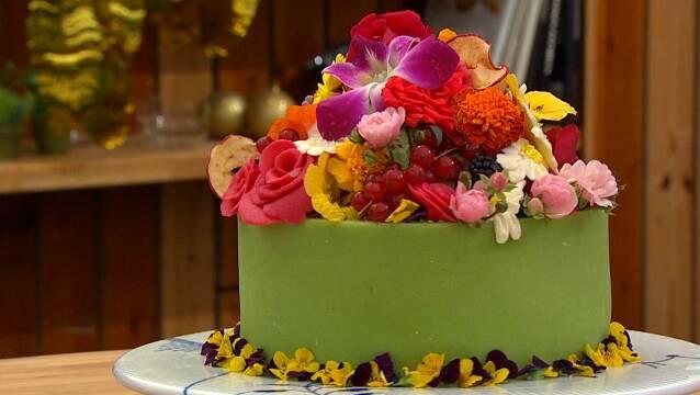 Smuk kage pyntet med blomster og bær