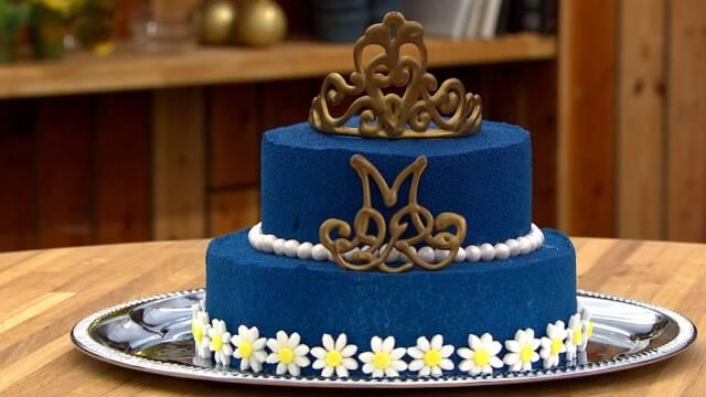 Smuk kongeblå dronningekage med små margueritter