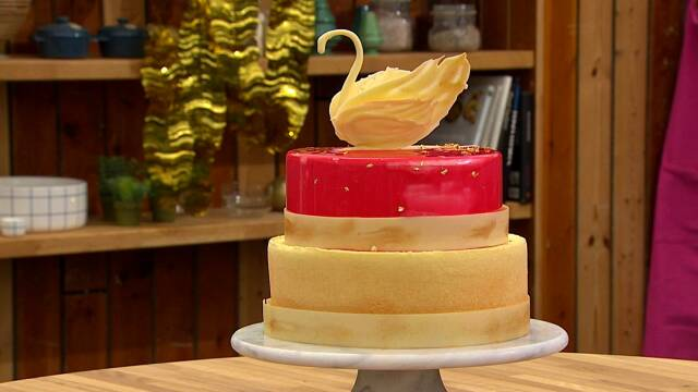 Smuk kage med svane på toppen
