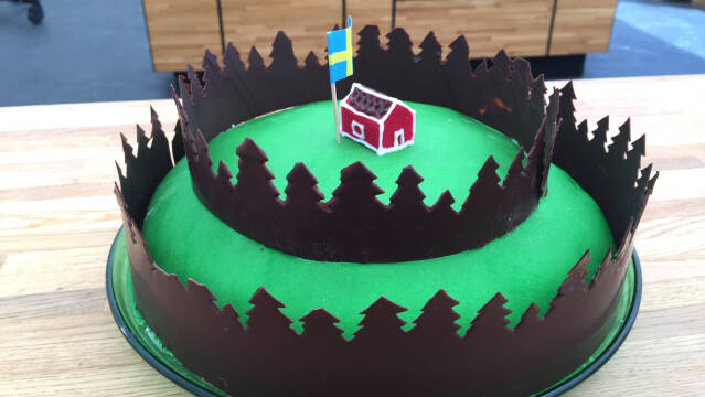 skovkage med hus på toppen