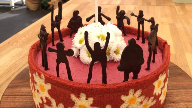 Kage med blomster og mennesker