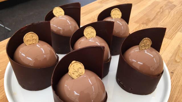 Chokoladedesserter på fad.