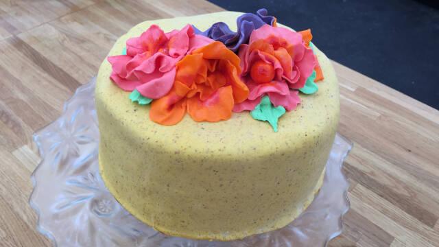 kage pyntet med blomster af fondant