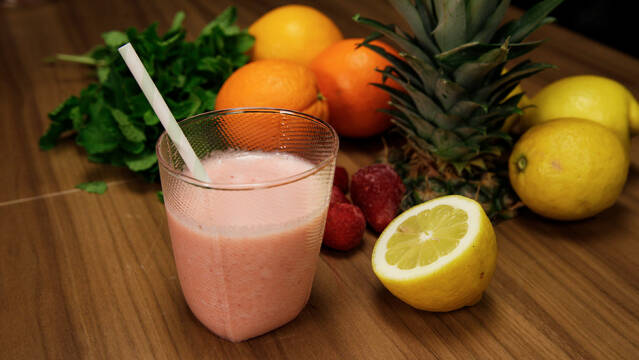 Jordbær-smoothie med ananas og citron