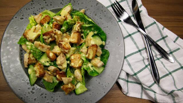 Cæsarsalat med hjemmelavet dressing og brødcroutoner