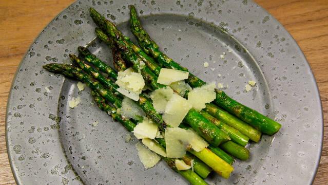 Grillede asparges med parmesan
