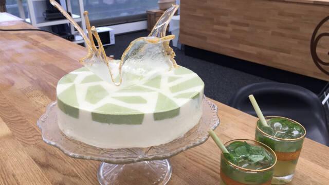 cocktailkage med mousse placeret på et glasfad