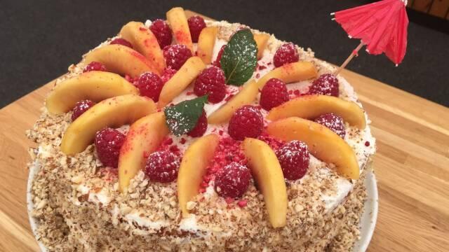 Billede af lagkage med fersken og hindbær
