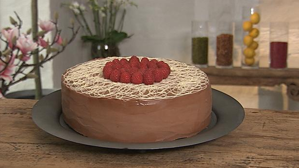 Mudcake med hvid chokolade og kirsebær på toppen.
