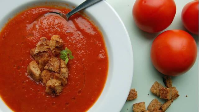 Nem og lækker tomatsuppe med croutoner.