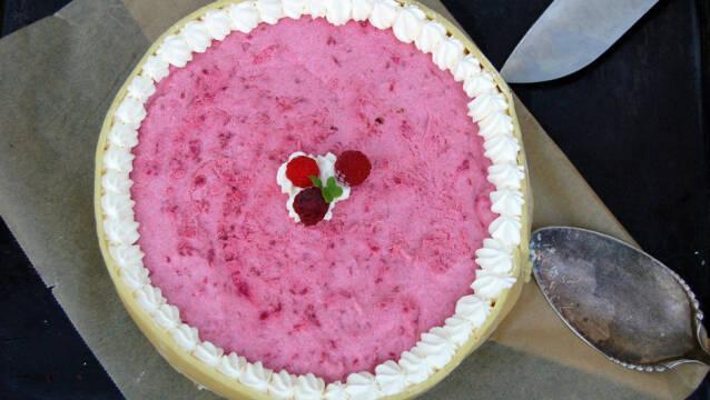 Billede af Lagkage med browniebund, marcipankant og hindbærmousse