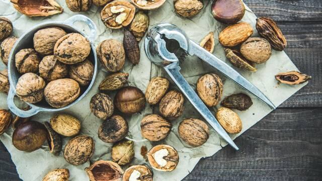 Blandede nødder på bord