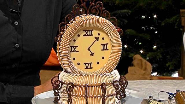 Smukt kransekage-ur til nytårsaften med glasur og chokolade.